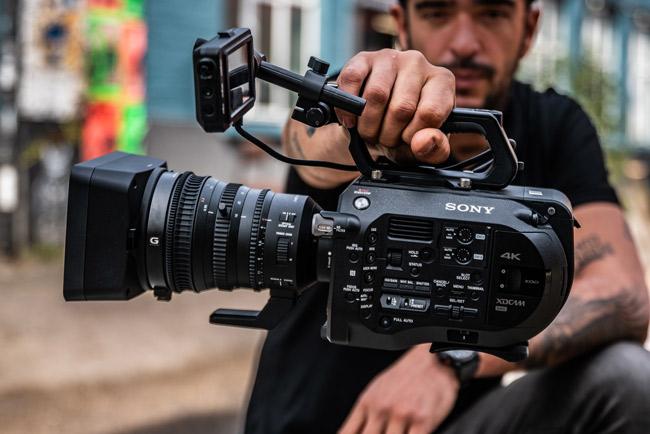 Sistema de grabación Sony sostenido por un camcorder
