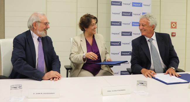 Representantes de Hispasat y AGNYEE firmando su más reciente acuerdo