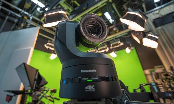 Cámara PTZ de Panasonic utilizada en el entorno de estudio virtual con software de Zero Density