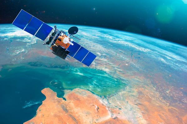 Satélite en el espacio sobre la Tierra