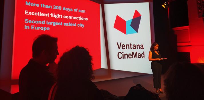 Ponente mostrando a Madrid como lugar de rodaje en un evento de la V Ventana del Cine Madrileño