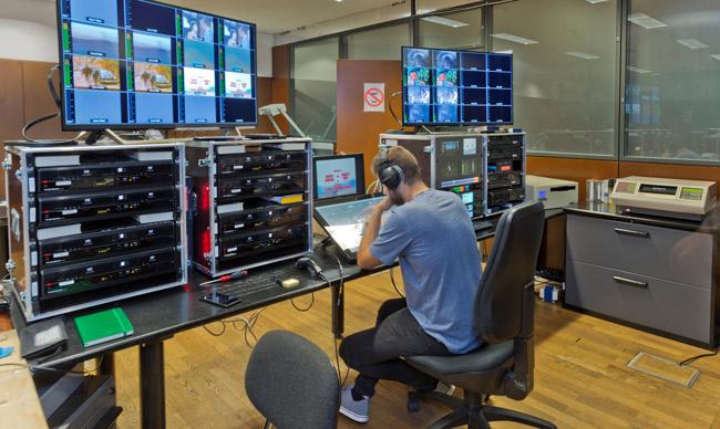 Puesto de trabajo desde el cual digitaliza el equipo de Memnon los contenidos de la Biblioteca nacional de España