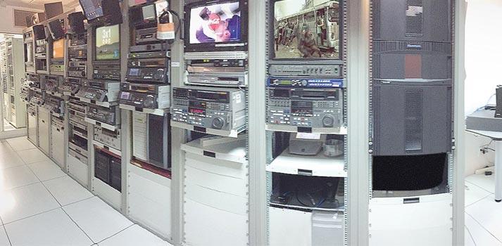 Sala con racks y sistemas de visualizacion e ingesta de serena