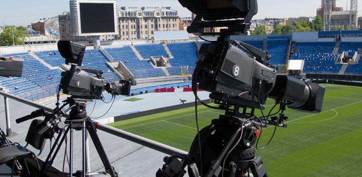 Cámaras retransmitiendo remotamente las imágenes de un estadio deportivo