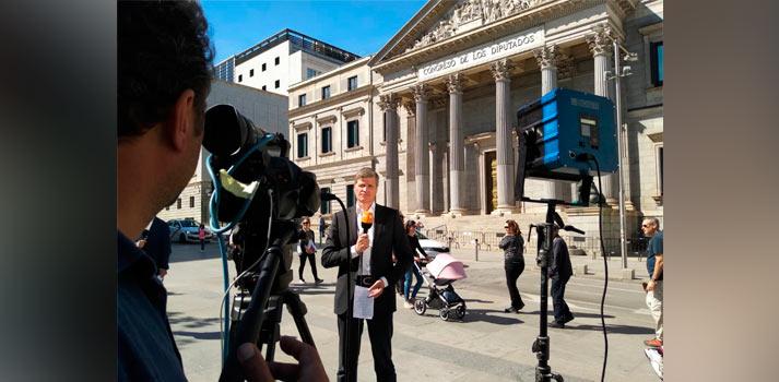 Operador y presentador realizando cobertura informativa en las elecciones de 10N con tecnologia de Overon