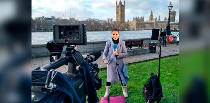 Reportera cubriendo una información para Overon y Mediapro UK en Reino Unido