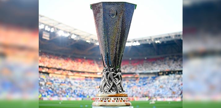 Estadio deportivo de fútbol con la copa de la competición anteriormente conocida como UEFA, la ahora denominada Europa League