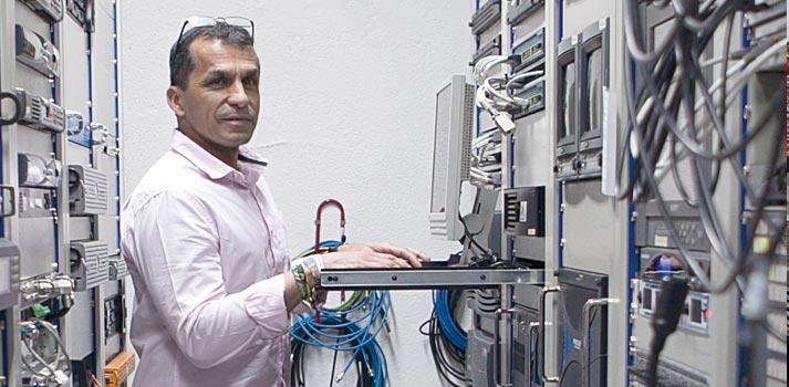 El director técnico de 8madrid TV, Gerardo Cabrera, en la sala de sistemas