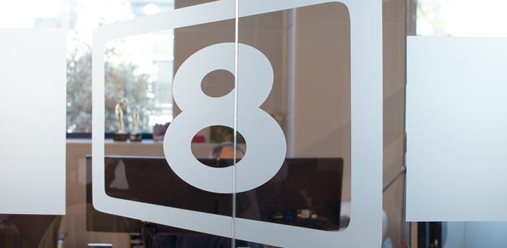 Emblema de 8madrid TV en las oficinas de la emisora