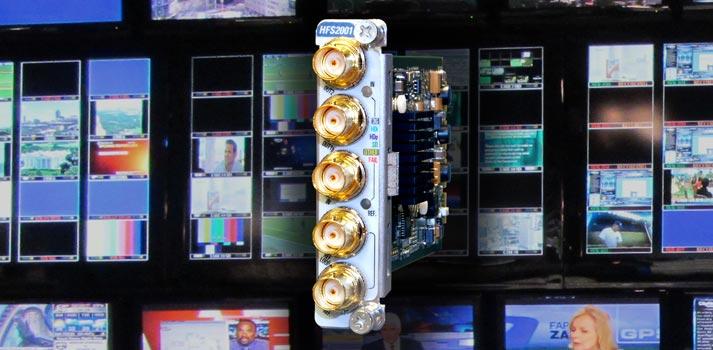 El último sincronizador-retardador HFS2001C01 de Albalá Ingenieros sobre un fondo con pantallas
