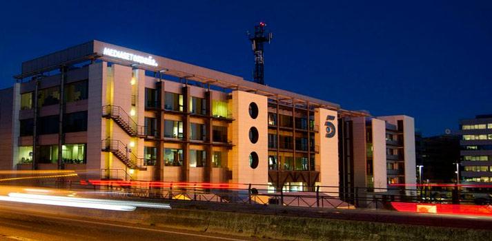 La sede de Mediaset España en una toma nocturna