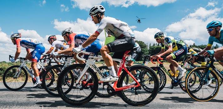 Toma lateral del pelotón de una de las etapas del Tour de Francia 2018