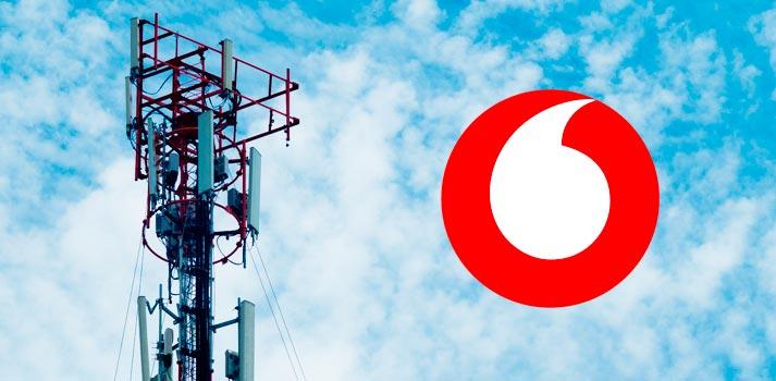 Logotipo de Vodafone junto a una antena de telefonía