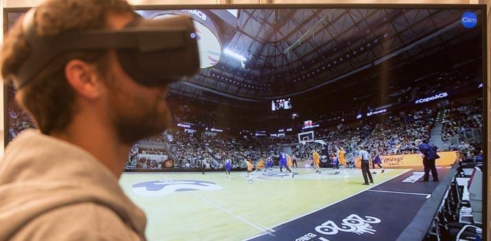 Usuario utilizando realidad virtual para una retransmisión deportiva en 5G