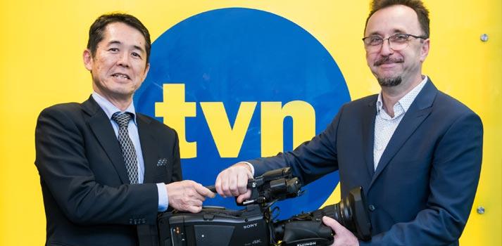 Director técnico de TVN recibiendo las nuevas cámaras PXW Z750 de Sony