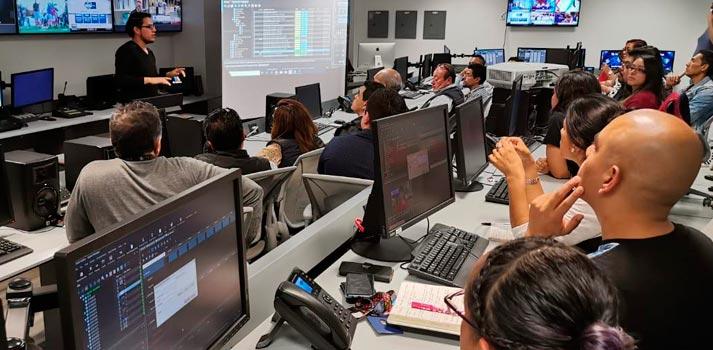 Trabajadores de TV Azteca utilizando Dalet Galaxy five