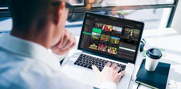 Trabajador empleando desde su portatil la solución Ooyala Flex Media Platform