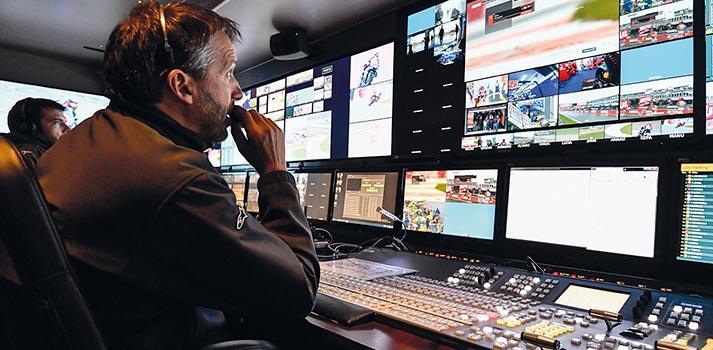 Técnico gestionando la realización de una carrera de MotoGP