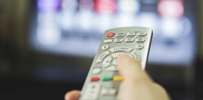Usuario interactuando con la televisión a través de un mando