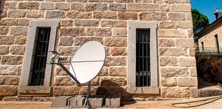 Antena satelital empleada en los Cursos de Verano UCM de El Escorial con servicios proporcionados por Hispasat