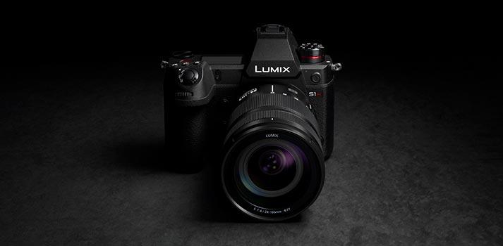 Vista frontal de la cámara Lumix S1H de Panasonic