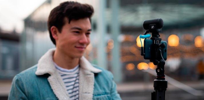 Creador de contenido con el micrófono MKE 200