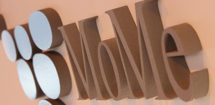 Logotipo en una pared de MoMe