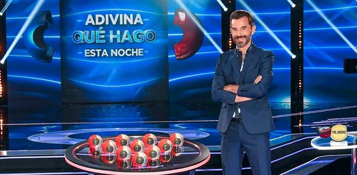 """Santi Millán, presentador del formato creado por Fremantle y Mediaset España """"Adivina qué hago esta noche"""" en una imagen promocional"""