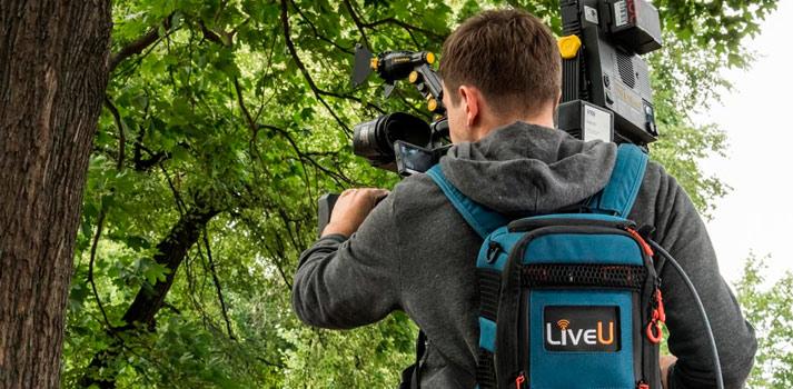 Imagen promocional de LiveU - Broadcaster con mochila de retransmisión