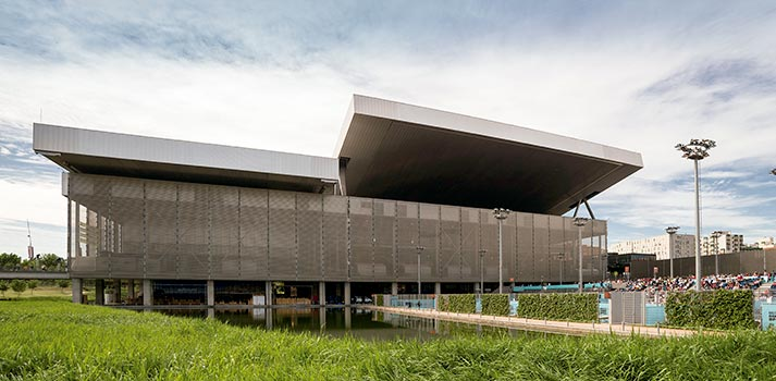 Exterior con pistas de tenis al aire libre de la Caja Mágica de Madrid